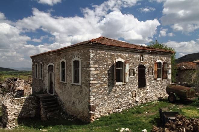 İncesu Köyü'nün tarihi taş mektep binası bugün adeta çürümeye terkedilmiş