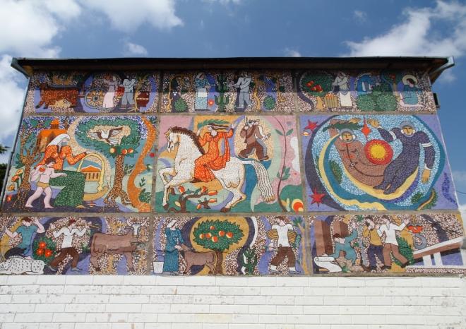 Abasha şehrinde Rus döneminden kalmış mozaik kaplama bir duvar