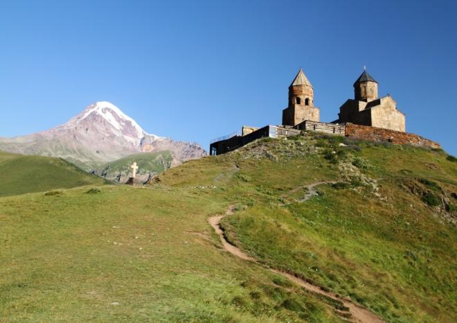 Kazbek ve Gergeti Trinity Kilisesi