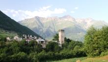 Kafkas dağlarının karlı dorukları ve Mestia